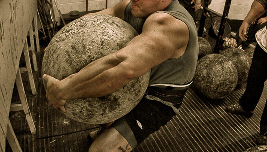 entrenamiento-con-piedras-atlas-en-un-gimnasio-comercial