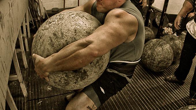 Entrenamiento con piedras Atlas en un gimnasio comercial 1