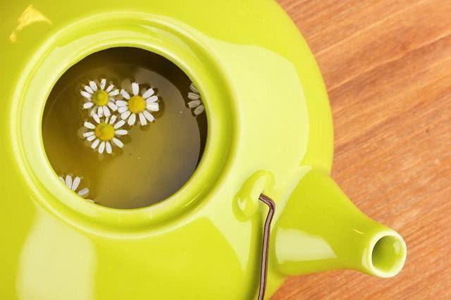 El té de manzanilla promete iluminar el cabello claro 1